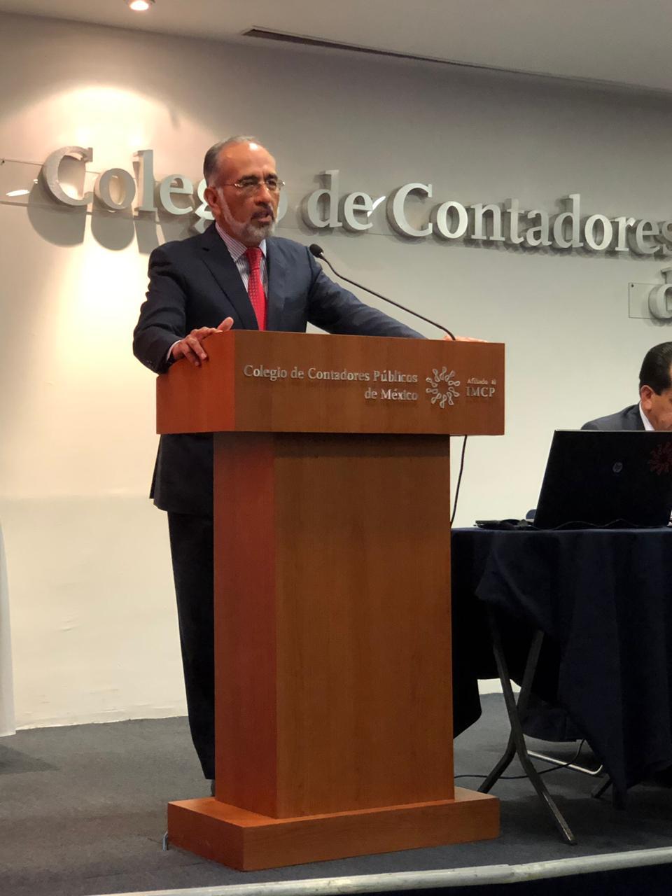 Lic. Oscar De la Vega en el Colegio de Contadores